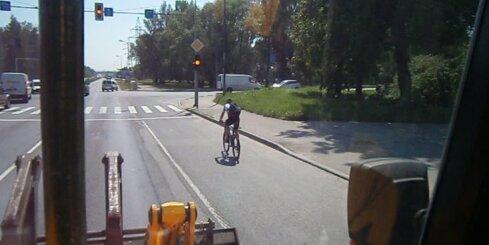 Arī velosipēdisti brauc pie sarkanās gaismas