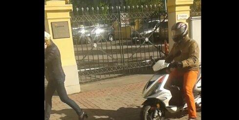 Motorollerists Rīgas centrā traucas pa gājēju pilnu ietvi