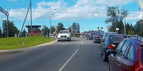 Autovadītājs Salaspilī pamatīgi pārkāpj satiksmes noteikumus