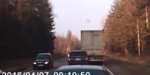 Pārgalvīgs BMW vadītājs riskē uz šosejas