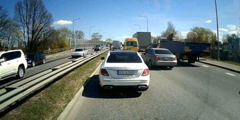 Nekaunīgs autovadītājs 'pielīmējas' aiz 'ātrās palīdzības'