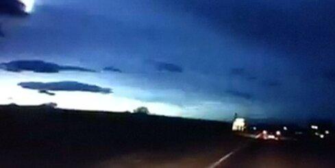 Skotijas debesis izgaismo krītošs meteorīts