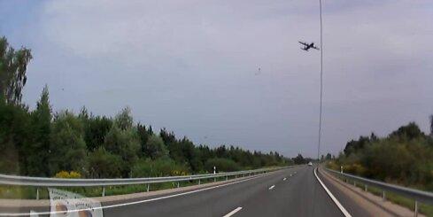 Pie Jelgavas autobraucēju nobiedē zemu lidojošas lidmašīnas