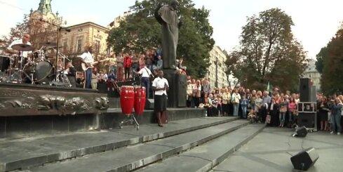 Ukrainā ASV karavīri nevis karo, bet gan dzied Lorde dziesmu 'Royals'