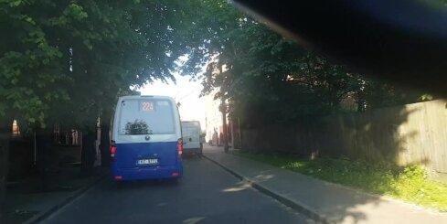 Steidzīgs mikroautobusa vadītājs