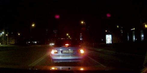 'BMW' vadītājs veic negaidītu manevru