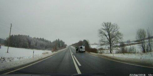Policijas ekipāža rada bīstamu situāciju uz autoceļa