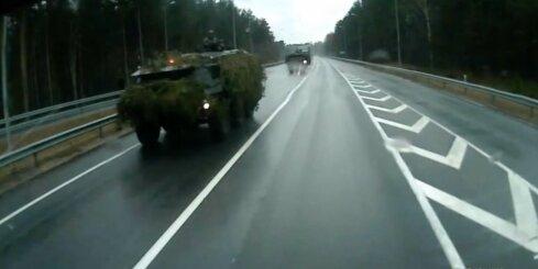 NATO spēku militārā tehnika Latvijā maskējas ar eglītēm