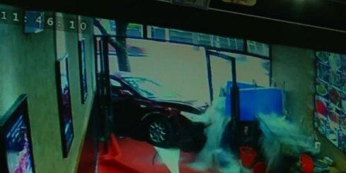 Ķīno auto taranē restorānu un ievaino trīs cilvēkus