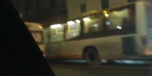 Brīvības ielā ceļu nesadala divi autobusi