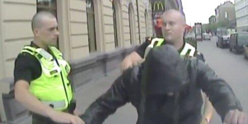 Rīgā aiztur divus vīriešus, kuri garāmgājējiem draud ar pistoli