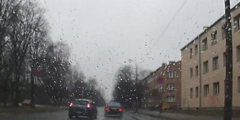 Pārgalvīgs šoferis par mata tiesu izvairās no avārijas