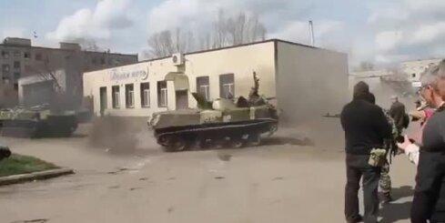 Ukrainā karavīri 'griež saulītes' ar bruņumašīnu