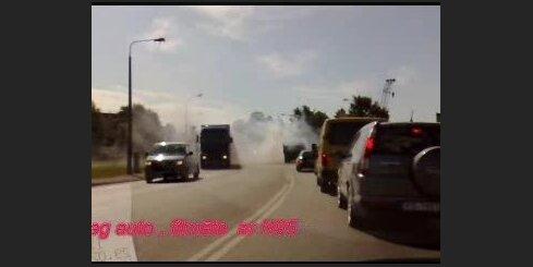 Pēc avārijas nodeg auto