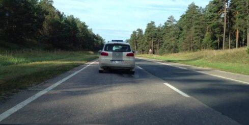 Autovadītājs ar ātrumu 140 km/h uz šosejas noķer policijas auto