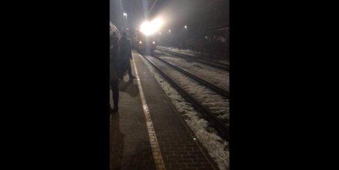 Vilciens pēdējā mirklī ieslēdz gaismu, tuvojoties stacijai