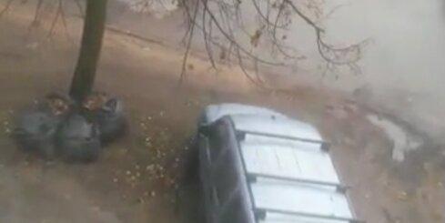 Autovadītājs izbraukā pagalma zālienu
