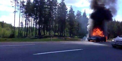 Uz autoceļa Rīga - Ainaži nodeg auto
