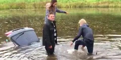 Jaunieši ūdenstilpnē Lielvārdē noslīcina savu auto