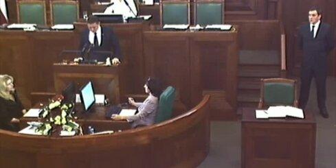 Arturs Kaimiņš nodod Saeimas deputāta zvērestu