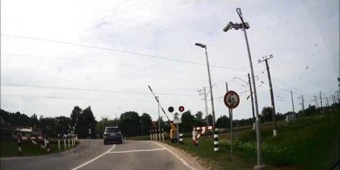 Carnikavā autovadītājs vilciena pārbrauktuvē aiztraucas pie sarkanās gaismas