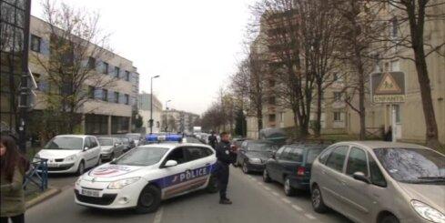 Ar 'Daesh' vārdu uz lūpām un šķērēm rokās vīrietis uzbrūk skolotājam Parīzē