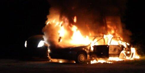 Upeslejās ar atklātu liesmu deg automašīna