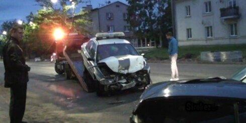 Iereibis BMW vadītājs taranē policijas auto