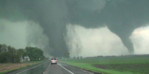 ASV plosās 'dvīņu tornado'