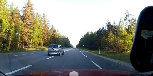 Dīvains 'Opel' vadītājs ķēmojas uz šosejas