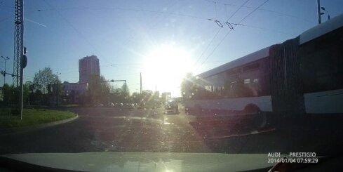 'Rīgas Satiksmes' autobuss pēkšņi maina braukšanas virzienu