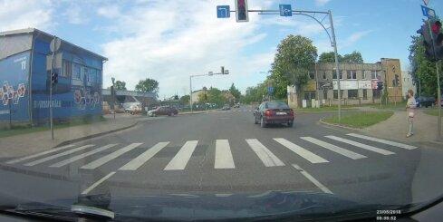 Jelgavā nekaunīgs 'Audi' vadītājs izceļas ar noteikumu neievērošanu