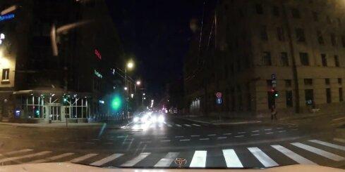 Rīgas centrā auto aizsteidzas pie sarkanās gaismas un gandrīz izraisa avāriju
