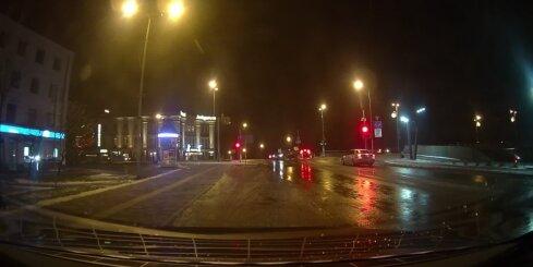 Jelgavā autovadītājs nepamana pretī braucošu transportu un izraisa avāriju