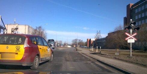 Divi auto vadītāji neievēro sarkano gaismu pie pārbrauktuves