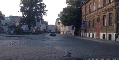 Sieviete Rīgas centrā pa vienvirziena ielu traucas pretējā virzienā