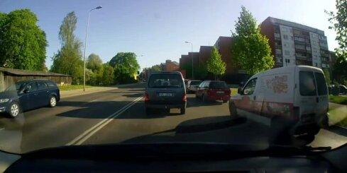 Motociklists apbrauc sastrēgumu un iekļūst avārijā