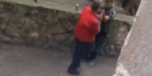 Rīgas centrā nofilmē divus narkomānus