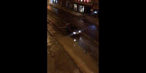 Aleksandra Čaka ielā plīsis ūdensvads