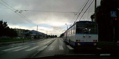 Trolejbuss naski aizlaiž pie sarkanā luksofora signāla