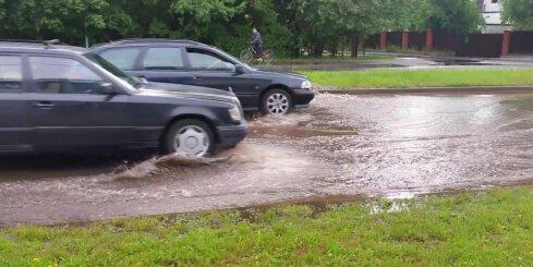 Dārzciema ielā uz braucamās daļas izplūst ūdens