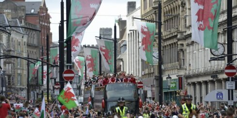 ВИДЕО: Сборную Уэльса на родине встретили 200 тысяч болельщиков