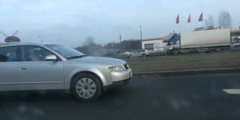 Aculiecinieks nofilmē braucošā mašīnā nepiesprādzētu bērnu