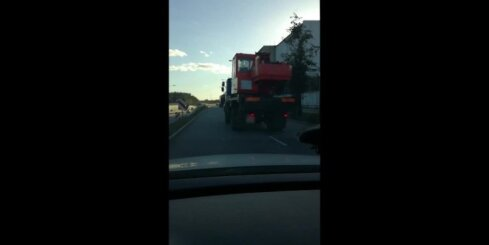 Uz Dienvidu tilta nobrauktuves kravas auto piemeklē tehniska ķibele