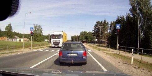 Nekaunīgs BMW vadītājs šķērso gājēju pāreju pie sarkanā luksofora signāla