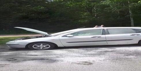 Ceļa posmā Ozolnieki - Jelgava aizdegusies automašīna
