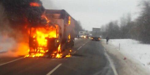 Aculiecinieka video: Uz ceļa Rīga-Daugavpils deg kravas auto