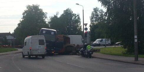 Dārzciema ielā apgāzusies kravas automašīna, traucēta satiksme