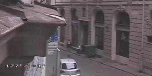 Rīgā guļošam vīrietim no kabatas izgriež mobilo tālruni