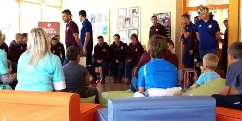 Latvijas futbola izlase viesojas Bērnu klīniskajā universitātes slimnīcā